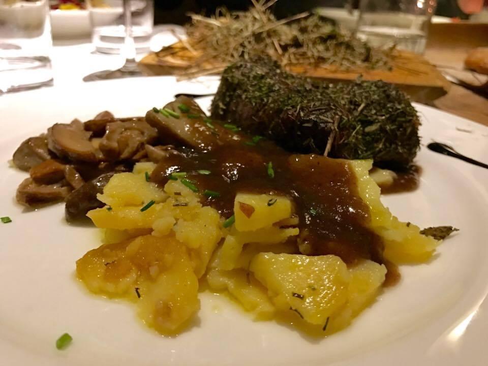 Filetto di manzo al fieno delle malghe con funghi porcini e patate saltate