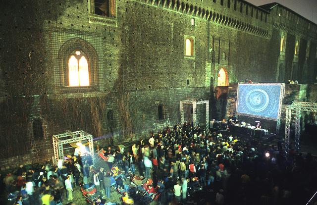 Una delle serate di Audiovisiva prodotta da esterni ai fossati del Castello Sforzesco
