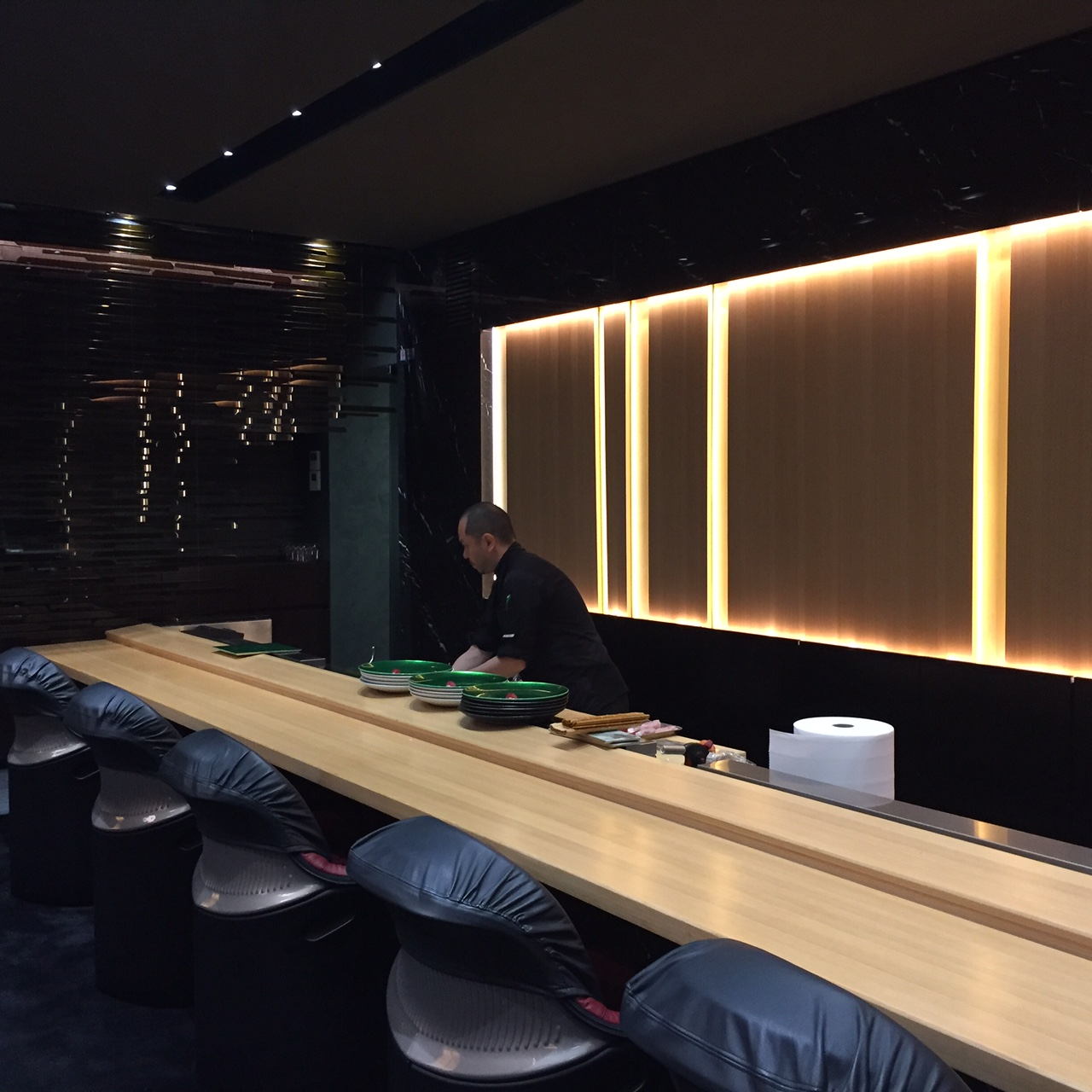 Il bancone al piano inferiore dove mangiare sushi express