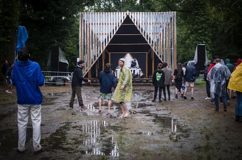 Il pubblico che balla il set house-funk di Volcov