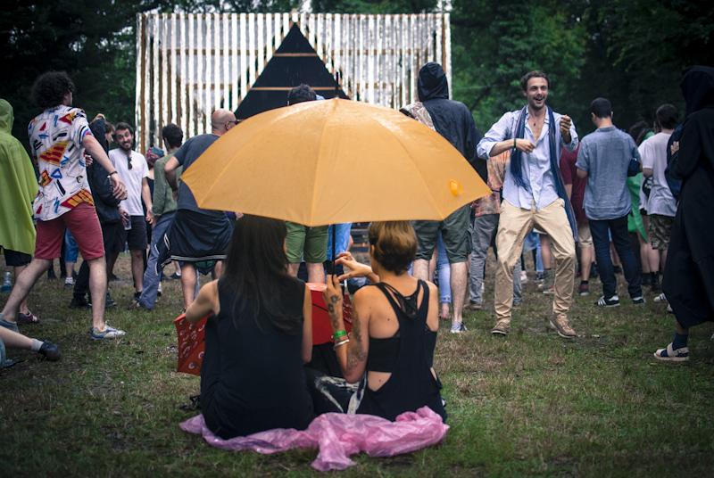 Il pubblico di Terraforma che balla e ascolta Rabih Beaini sotto la pioggia