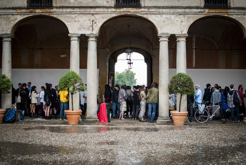 Cambio location: la pioggia non si ferma e ci si posta sotto i portici della villa