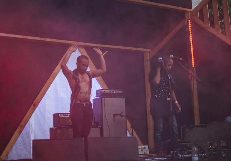 Senyawa sul palco con la pioggia e senza maglietta