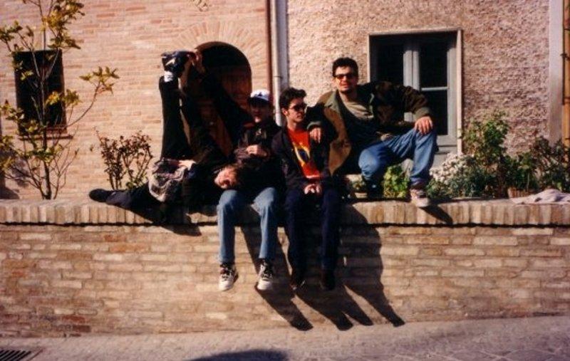 Lele Sacchi (con la maglietta rossa di Screamadelica) & friends a Pavia nel 1993