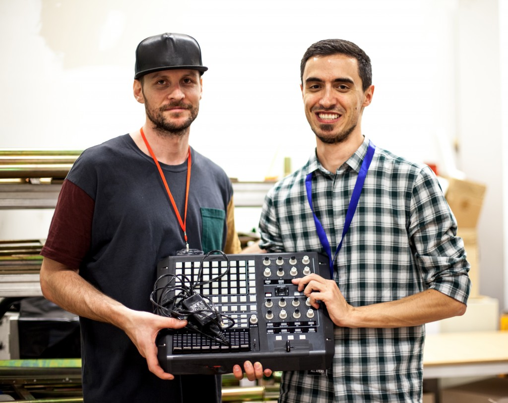 ''David Psutka aka Egyptrixx mi regala uno dei suoi strumenti per ringraziare del trattamento ricevuto durante il festival. Lo scatto è stato fatto subito dopo il suo concerto nel giugno del 2014 durante l'ultima edizione di Node''.