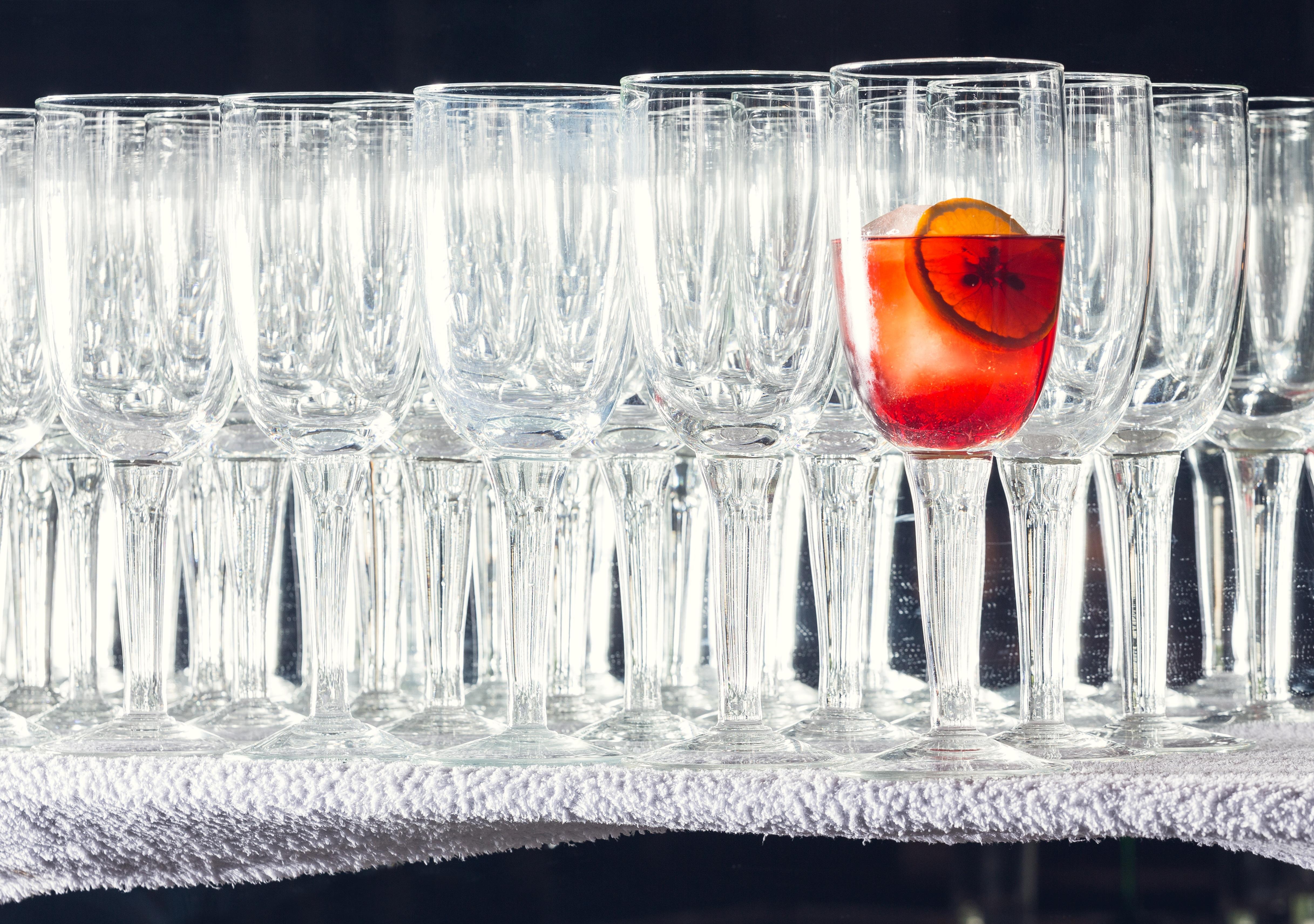 Il celebre bicchierone del Bar Basso in uno scatto della mostra The Drink(er)s