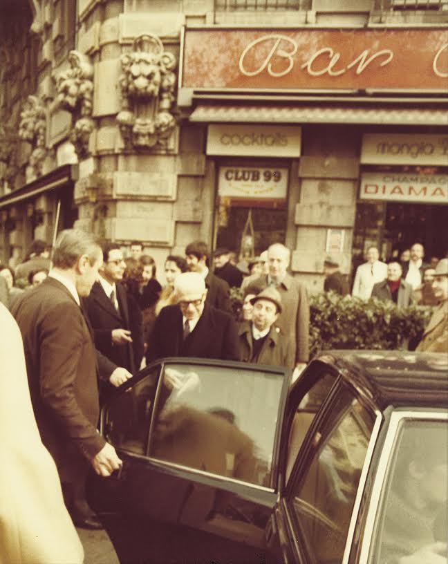 Sandro Pertini all'uscita del Bar Basso. Sullo sfondo, Mirko Stocchetto sotto l'insegna dello Champagne Diamant