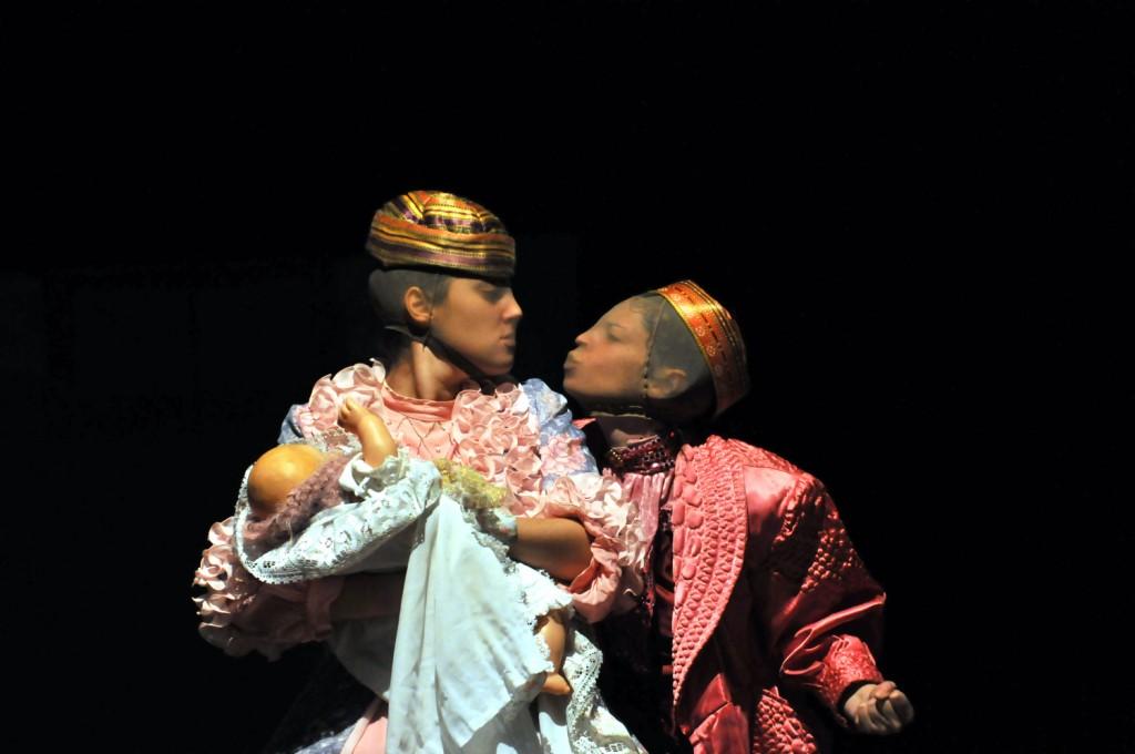 """Un momento de """"La bella Rosaspina addormentata"""" di Emma Dante"""