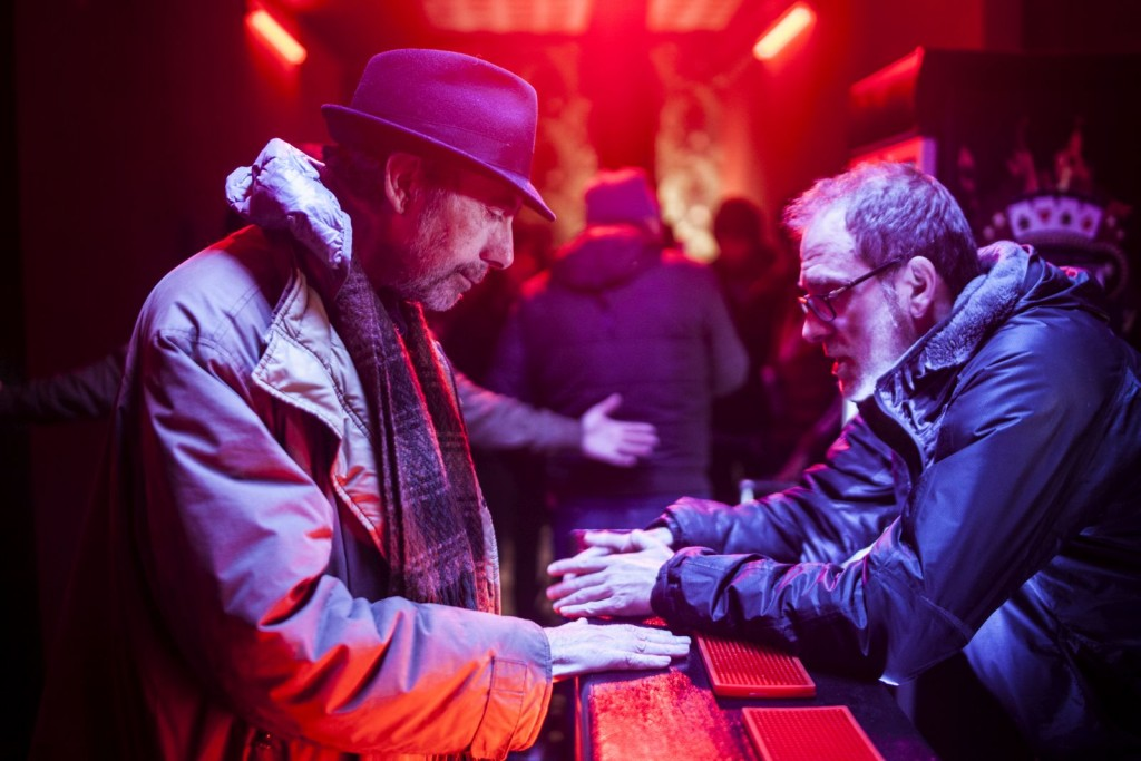 """Claudio Caligari e Valerio Mastandrea durante le riprese di """"Non essere cattivo"""", poco prima della scomparsa del regista."""
