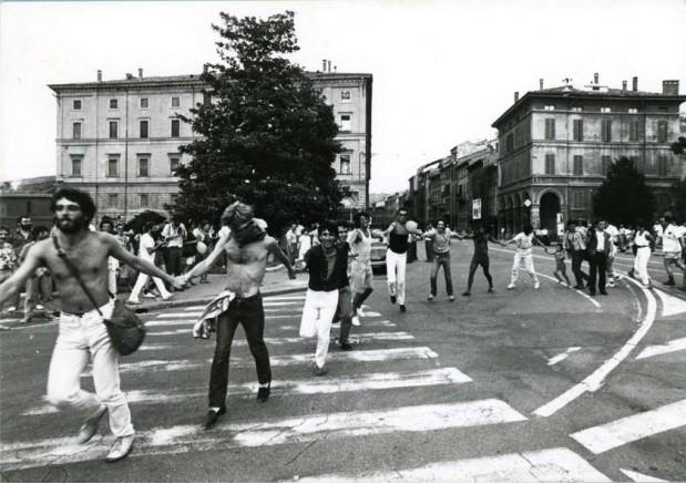 26 giugno 1982 - Girotondo attorno al Cassero di Porta Saragozza in occasione dell'inaugurazione (foto Ugo Bonessi).