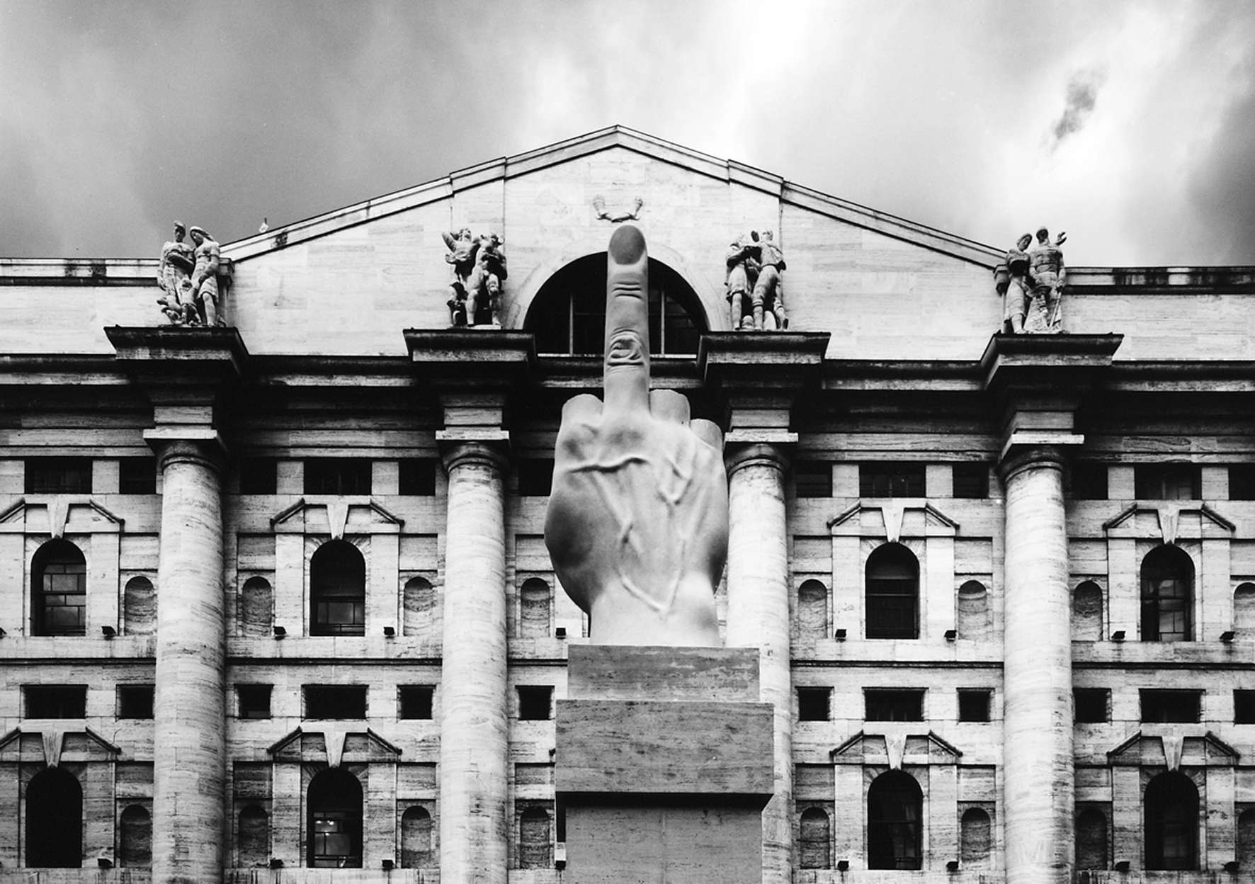 "Maurizio Cattelan, ""L.O.V.E."", Milano, Piazza Affari"