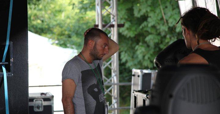 Denis in un'espressione e una posa classica da festival