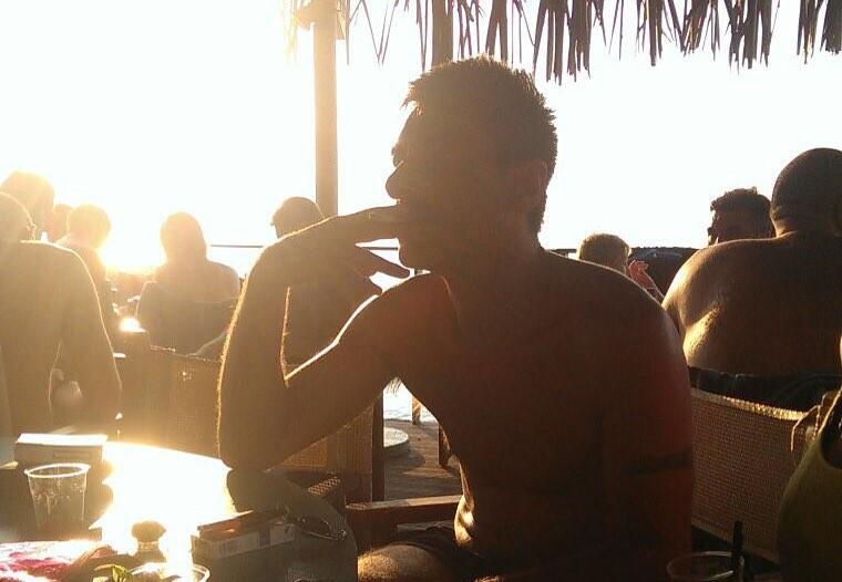 Massi al mare in Salento che fuma dopo una sana nuotata