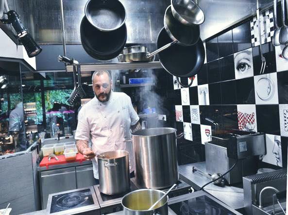 Misha in cucina allo Spice (tutte le immagini sono tratte dalla pagina Facebook del locale)