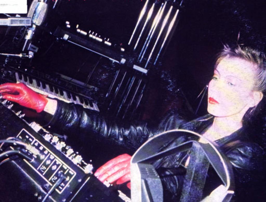 La bellissima Doris Norton (madre del prodigio italiano Rexanthony) dietro le sue macchine elettroniche