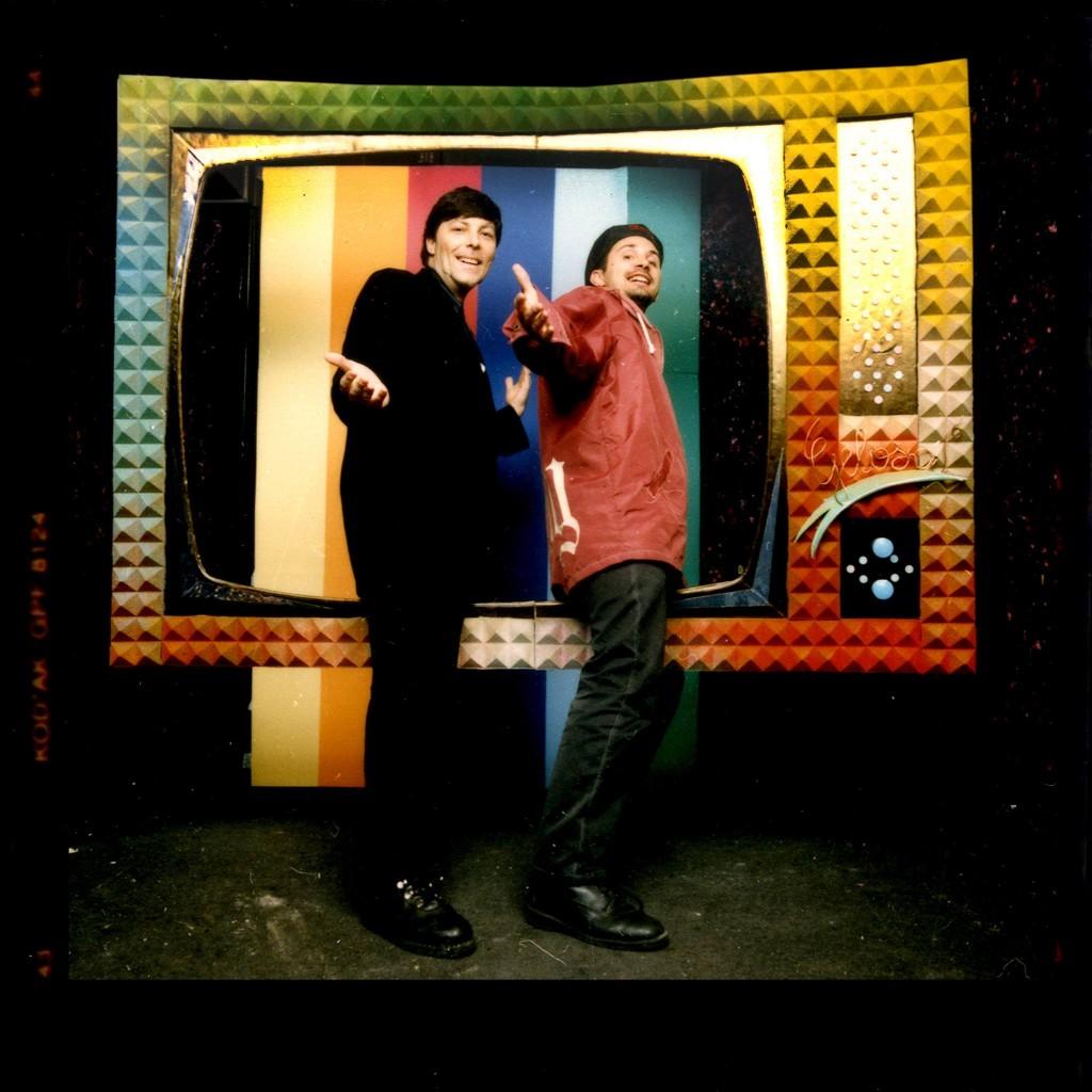 Lorenzo LSP e Claudio Coccolouto che cercano di entrare in TV nel set fotografico della serata Pussy's Galore di Milano