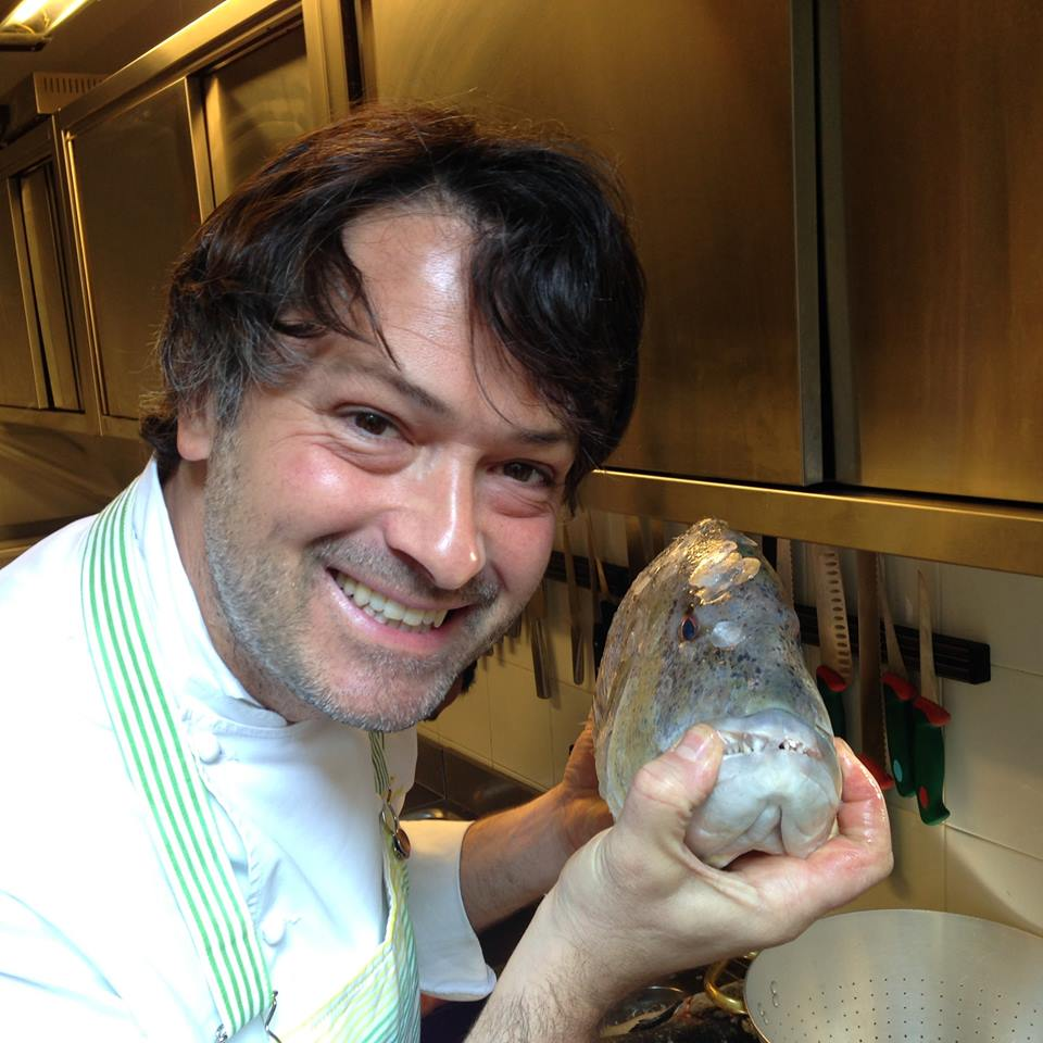 Francesco Passalacqua alle prese con un dentice reale (tutte le immagini sono tratte dalla pagina Facebook del locale)