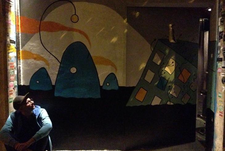 L'illustre autore (Simone Tso) delle grafiche del DalVerme e la nuovissima entrata del Circolo (da lui disegnata)