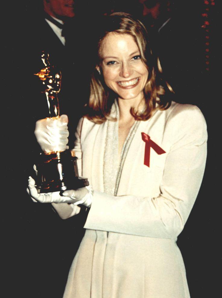 """Jodie Foster, entusiasta del suo secondo Oscar nel 1992 per """"Il silenzio degli innocenti"""" vestita di un bianco Armani."""