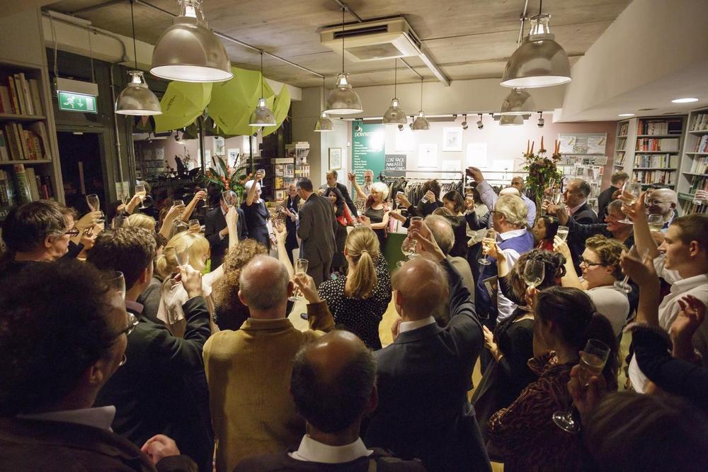 In alto i calici per il decimo compleanno di London Review Bookshop