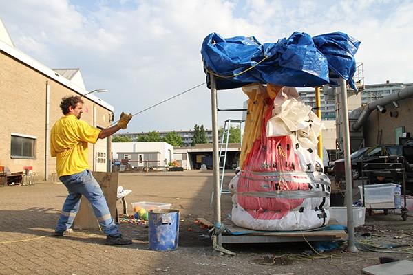 Lucas Munoz mentre cola il cemento di Concrete Air