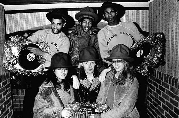 """Malcom Mc Laren con World Famous Supreme Team Show nel periodo dell'album """"Duck Rock"""" con vestiti e cappelli di Vivienne Westwood"""