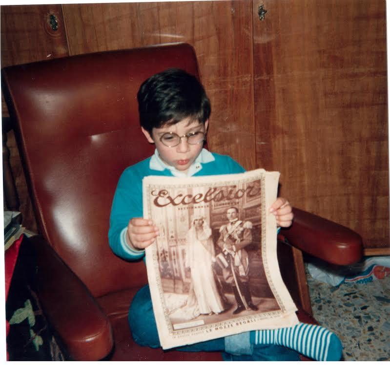 Orazio Sciortino legge un giornale originale risalente al periodo della prima guerra mondiale