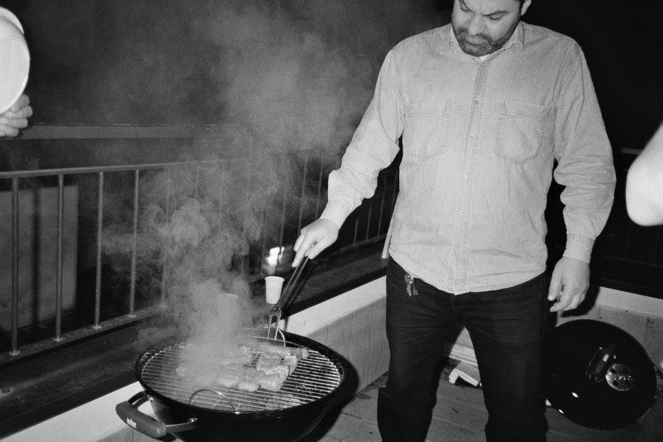 Fausto impegnato in una delle sue attività preferite: grigliare