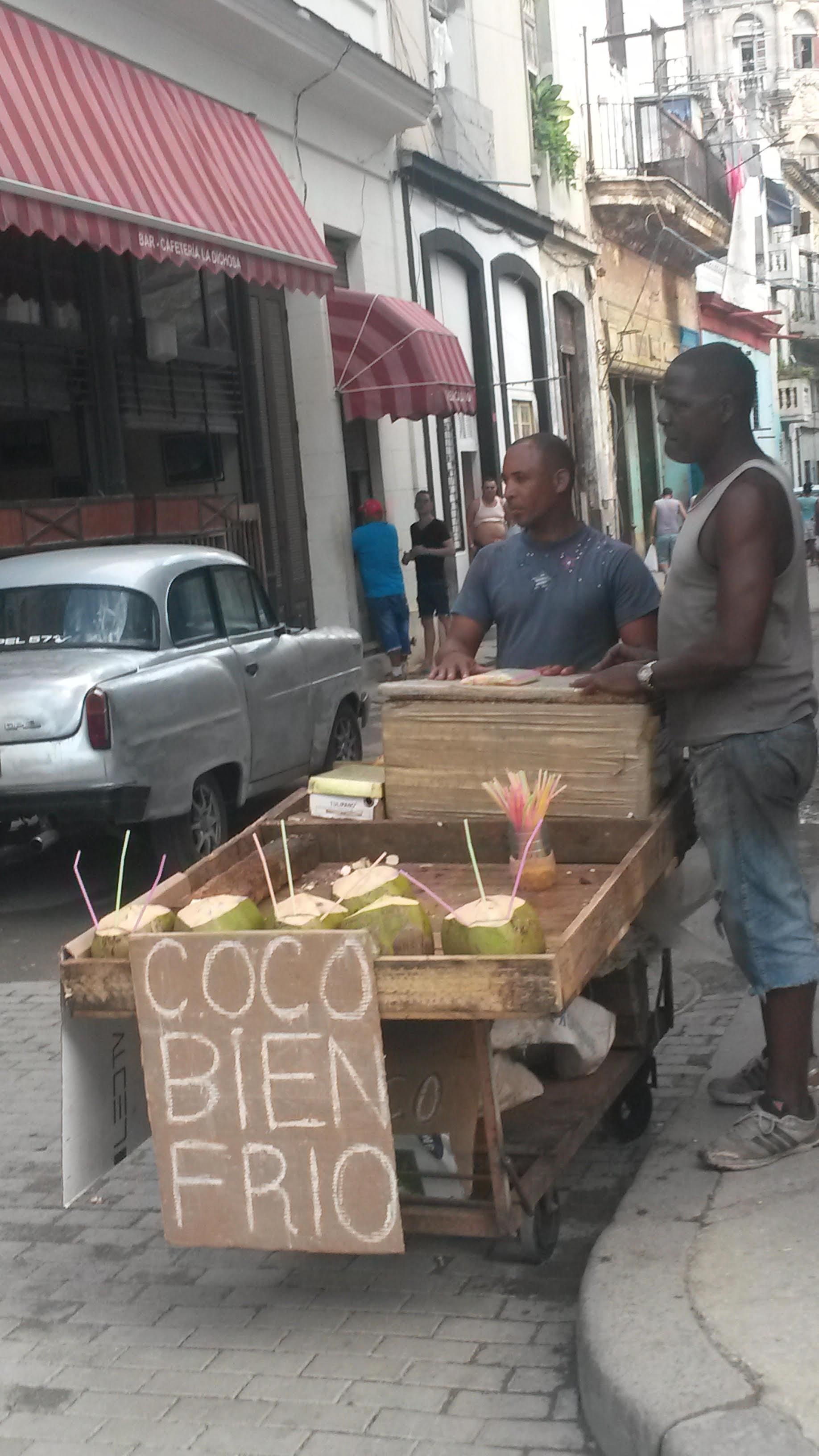 Vendita di cocco a Cuba