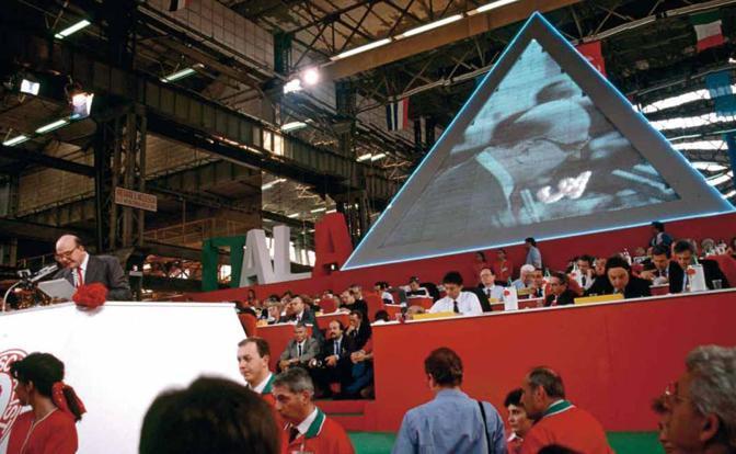 La piramide progettata da Filippo Panseca, l'architetto di corte di Craxi, in occasione del Congresso socialista del 1989 all'Ansaldo, in cui Bettino Craxi fu rieletto a maggioranza bulgara