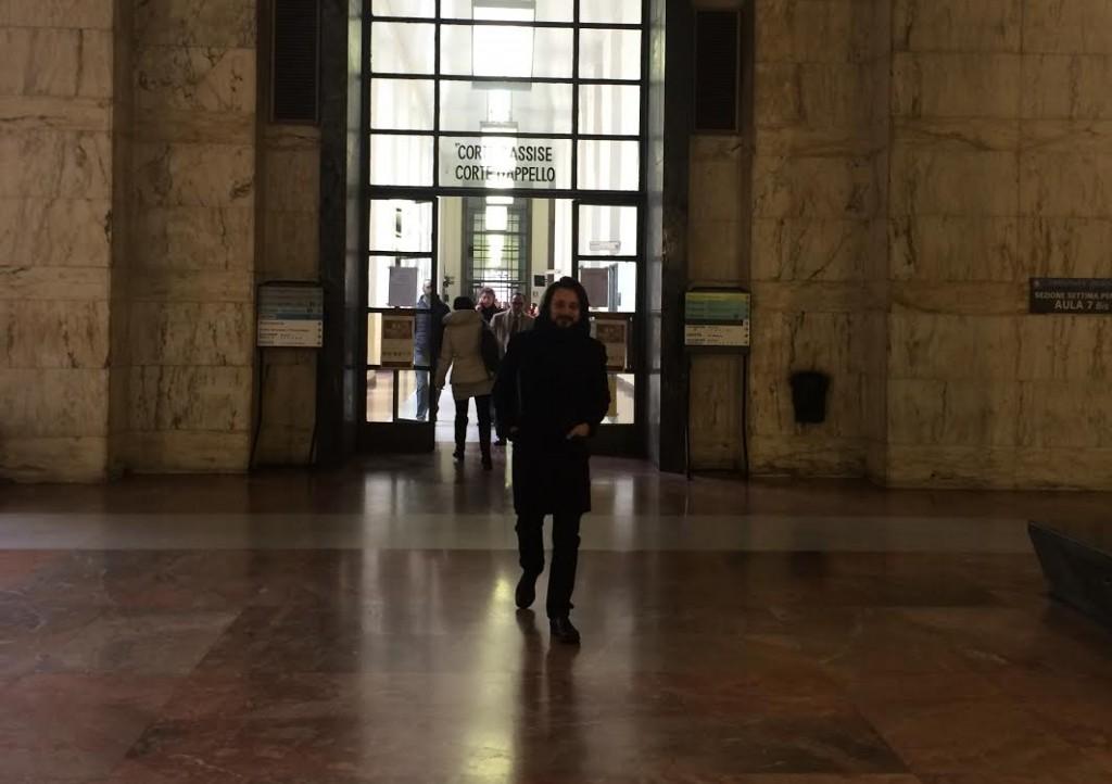 Tiberio mentre entra in tribunale. Gli avevamo chiesto una foto in aula, ma è vietato...