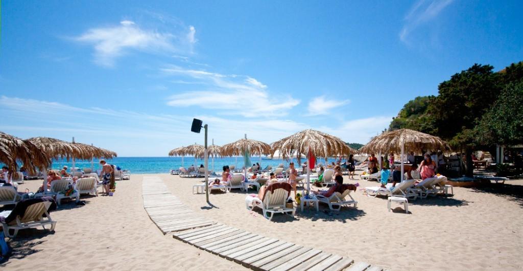 Cala Jondal a Ibiza: la spiaggia riunioni di Max e Drago
