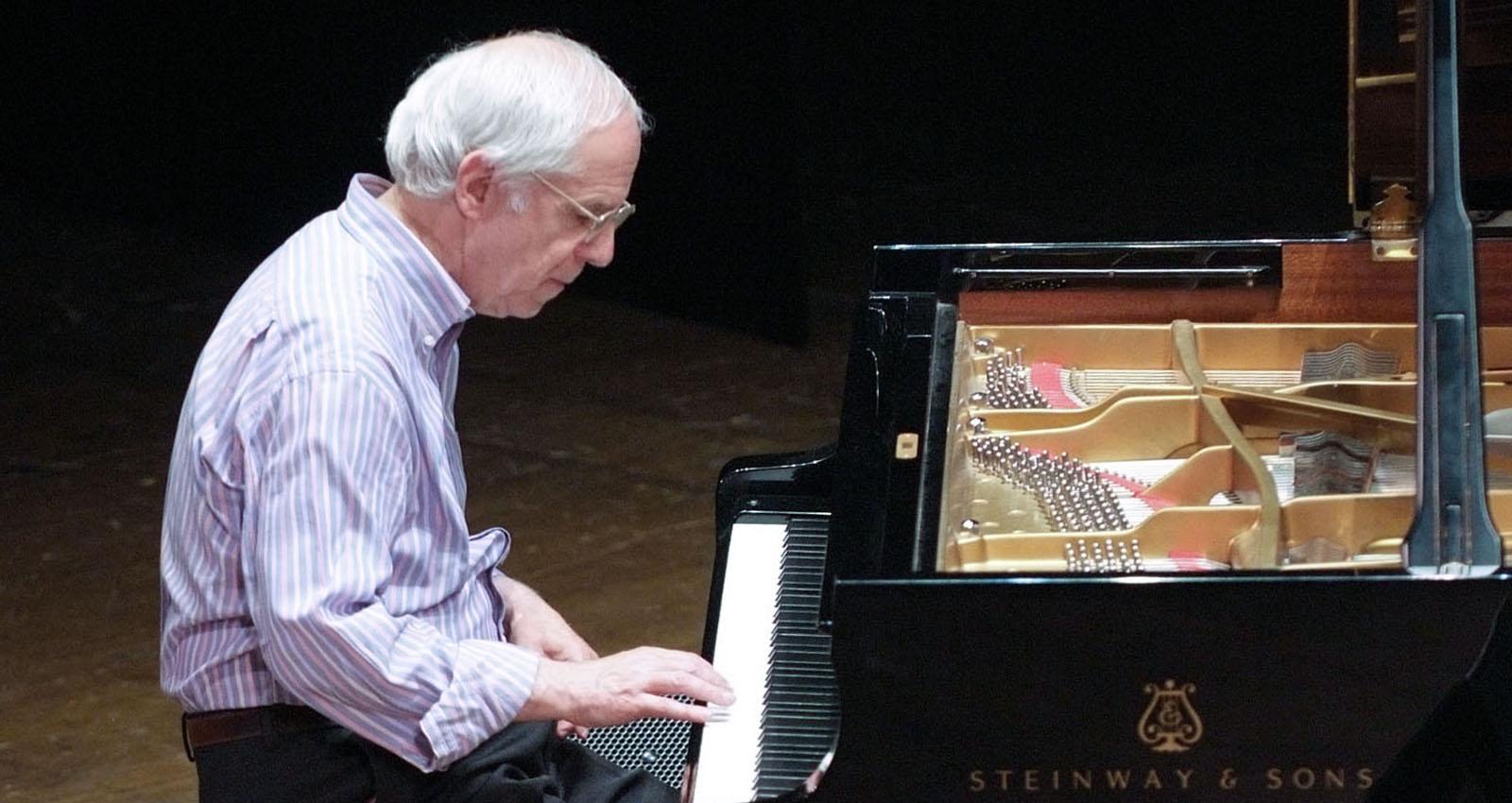 Il maestro Franco D'Andrea al piano