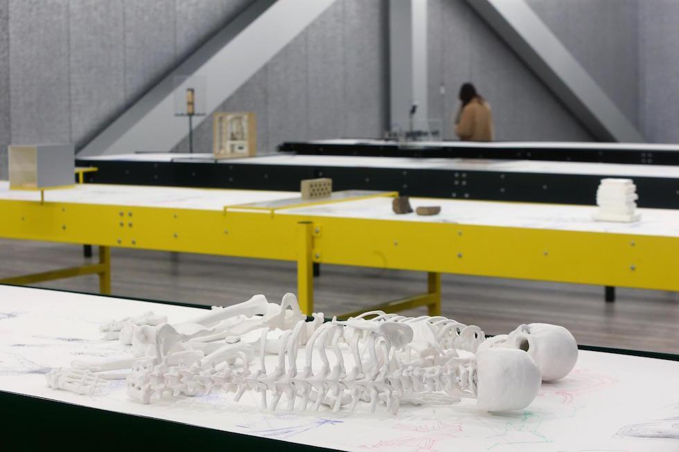 Gli scheletri di Marzia Migliora nella mostra di Goshka Macuga alla Fondazione Prada