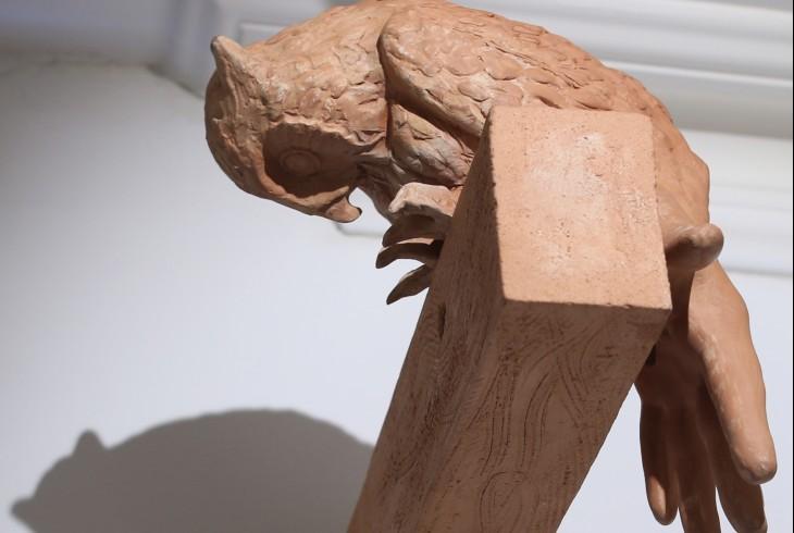Nico Vascellari, Through a Hole, 2015; Terracotta patinata a cera, ferro; 190 x 85 cm. Courtesy dell'artista; veduta dell'installazione presso Estorick Collection, Londra; Foto: Claudia Zanardi.