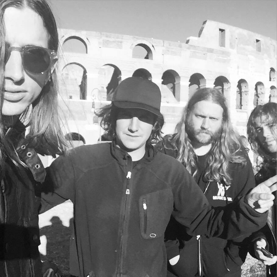 «Arrivederci Roma, pizza for ever!», anche i Föllakzoid cedono alla tentazione di una foto davanti al Colosseo