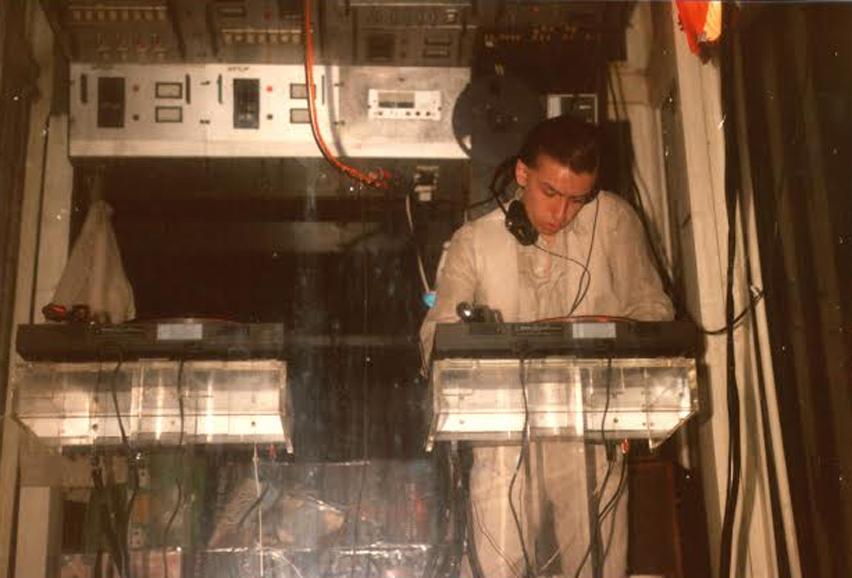 1977, Daniele Baldelli in consolle nell'ascensore della Baia degli Angeli.