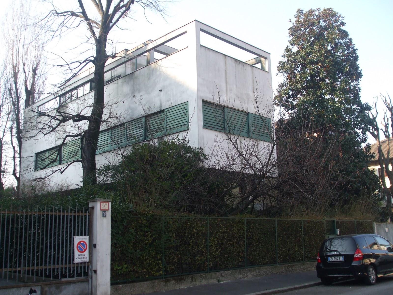"""Villa Figini dell'architetto Luigi Figini, detta anche la """"casa palafitta"""", visibile ancora oggi al villaggio dei giornalisti a Milano"""