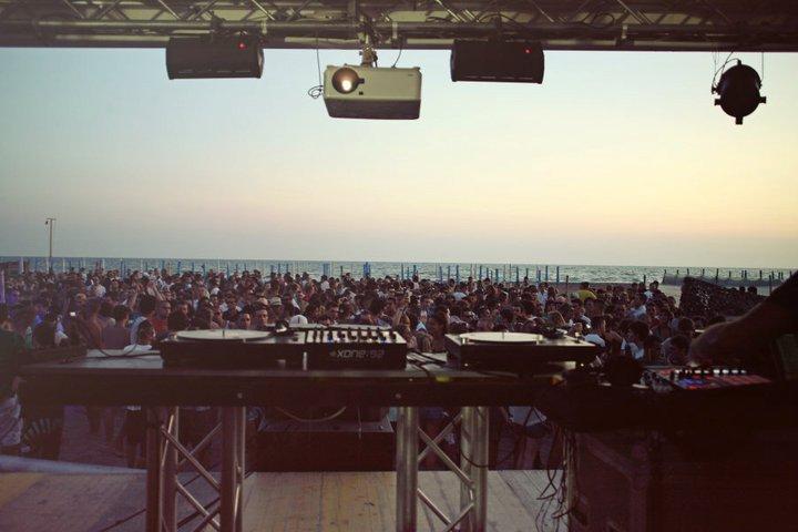 La spiaggia di Fregene durante uno dei party a firma Confused.