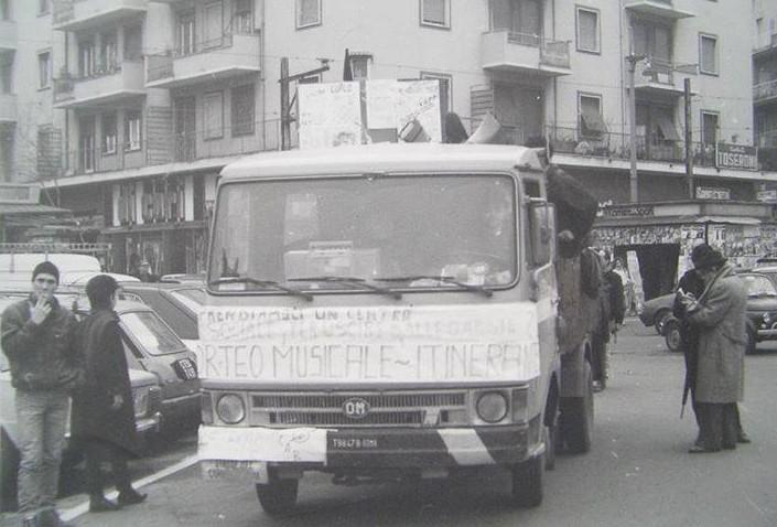 Preparativi per un corteo musicale tra le strade di Centocelle.