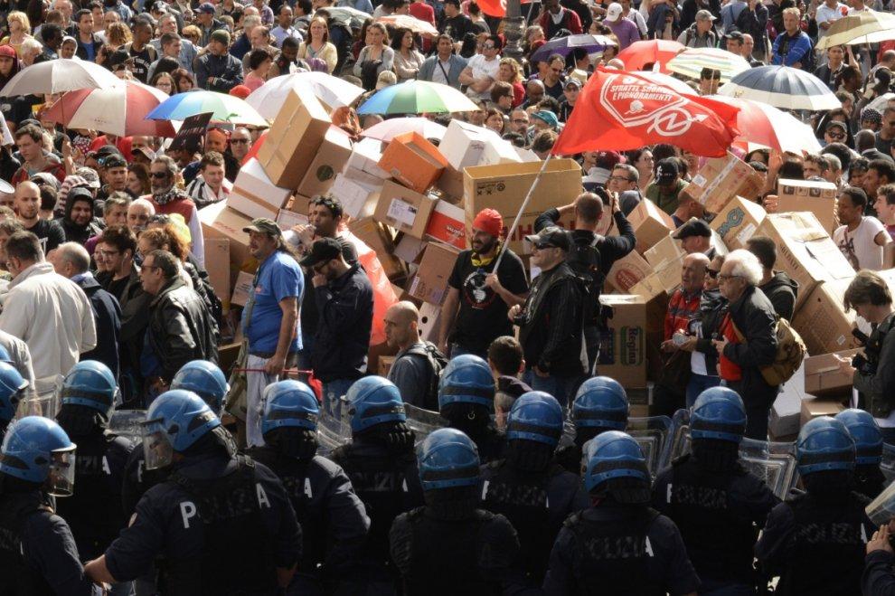 Il corteo per l'emergenza abitativa del 12/05/2016 arriva al Campidoglio. Sarà respinto con idranti e cariche dalle forze dell'ordine.
