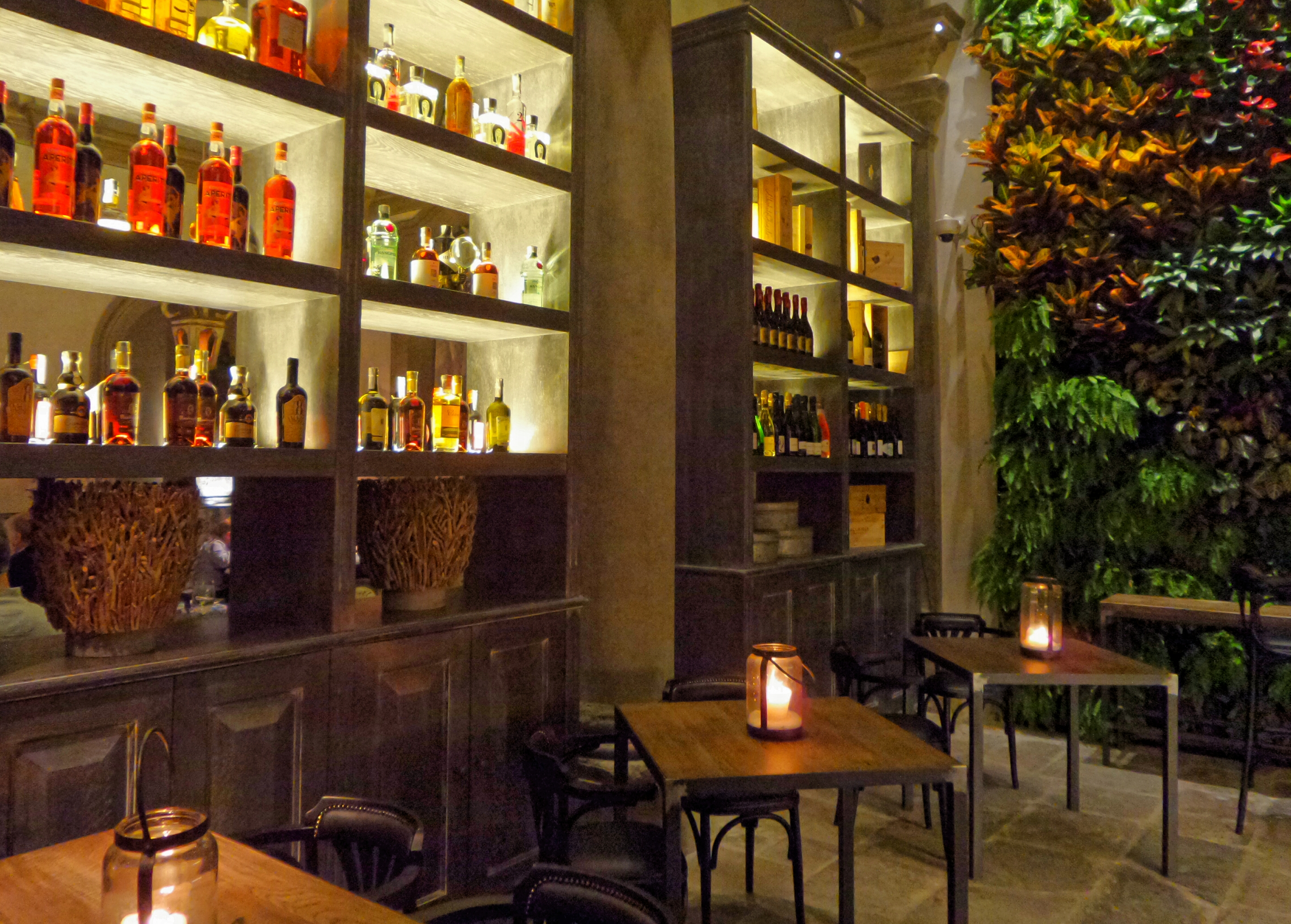 La sala bar sormontata dall'ampia veranda
