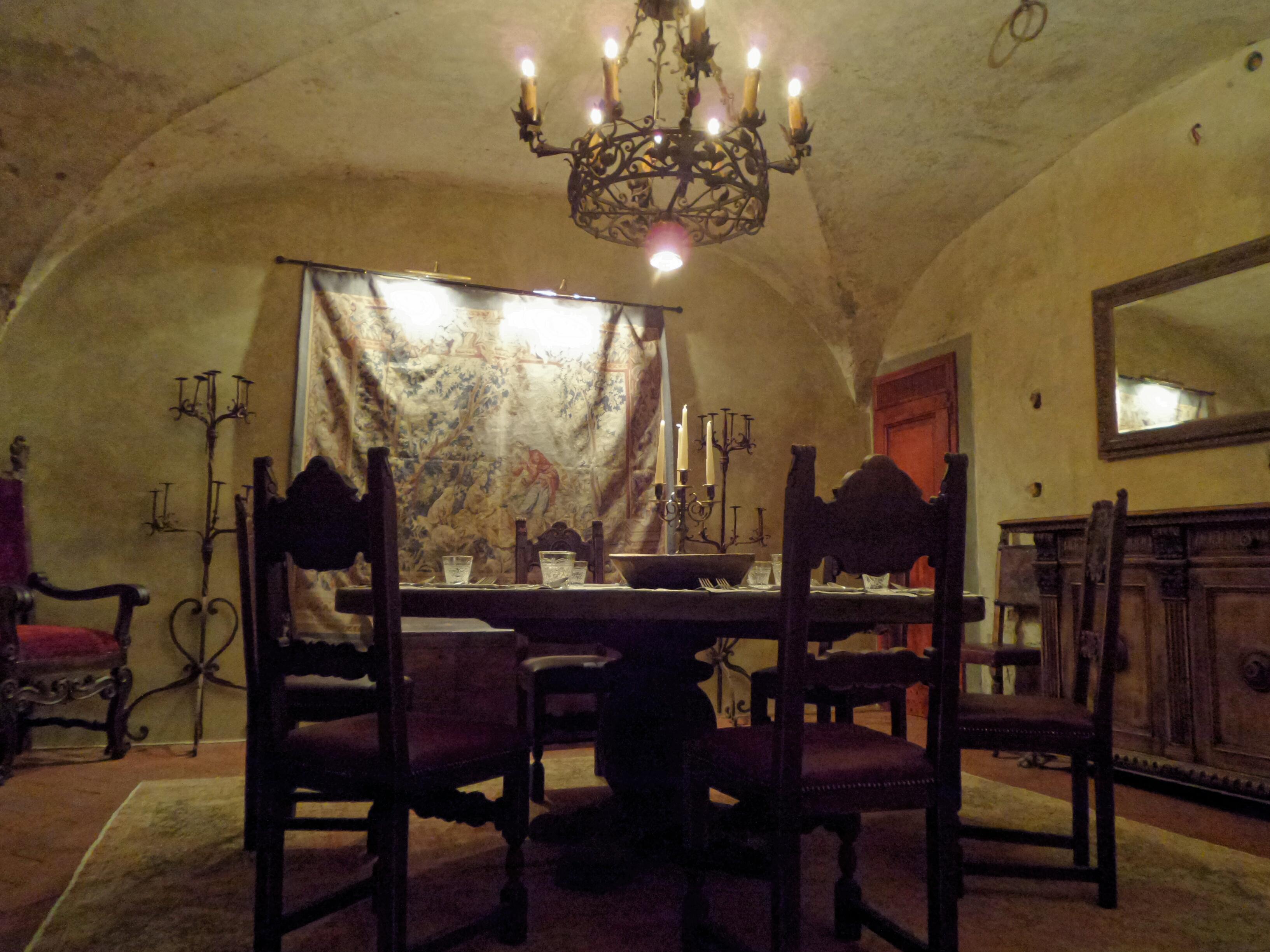 Arredi in stile medievale per la sala che si cela al piano inferiore