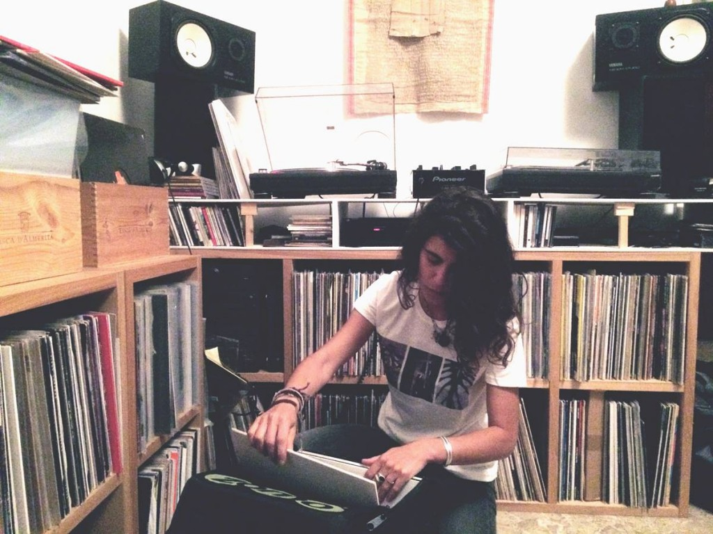 Paquita a casa di amici sbircia nella sacca dei dischi altrui.jpg