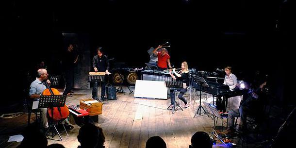 """Hurla Janus in """"Tierkreis"""" di Stockhausen al Teatro I"""