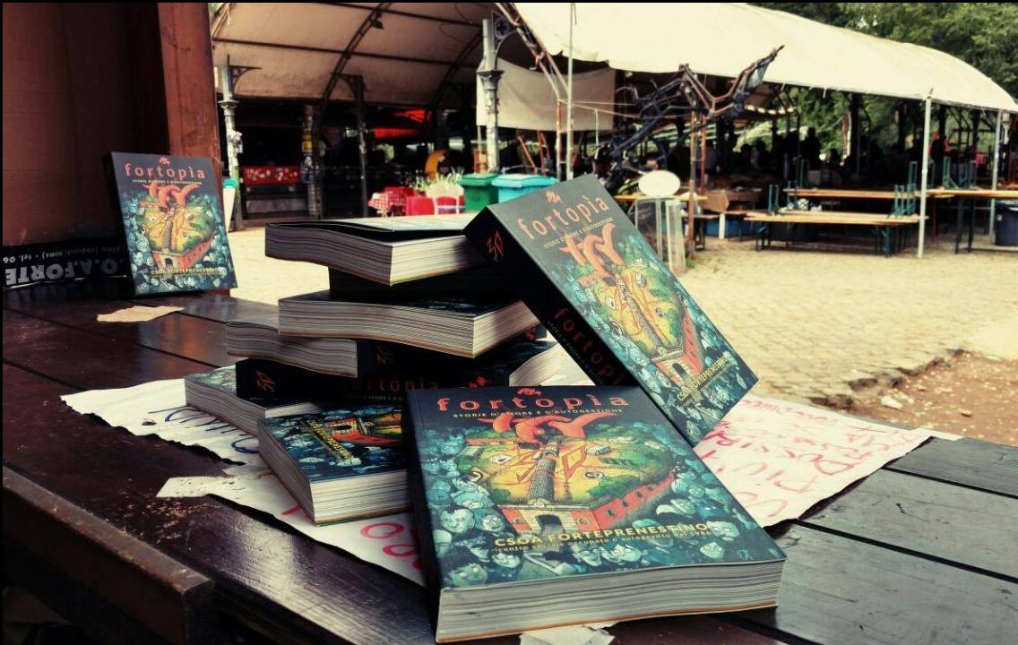 """Il volume """"Fortopía """", con la copertina realizzata da Zerocalcare."""