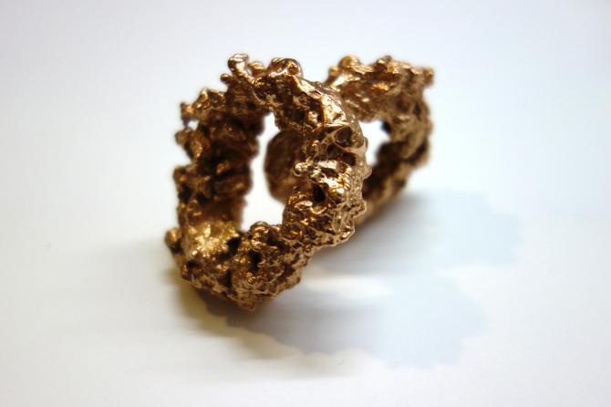 ANELLINI FRITTI, PER SEMPRE 2015 Microfusione in bronzo di una coppia di calamari fritti e successivo bagno galvanico in oro, dimensioni variabili, pezzi unici, cinque mesi