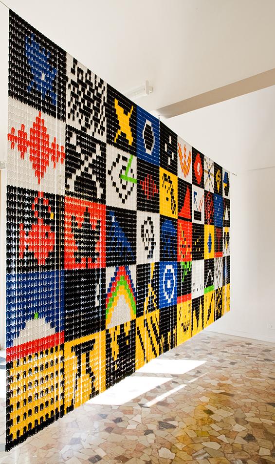 Riccardo_Giacconi_Il_corpo_nero_Il-quadro-svedese_plastic-plates-curtain-cm.-220x500-2015_ph.-credit-Marco-Fava