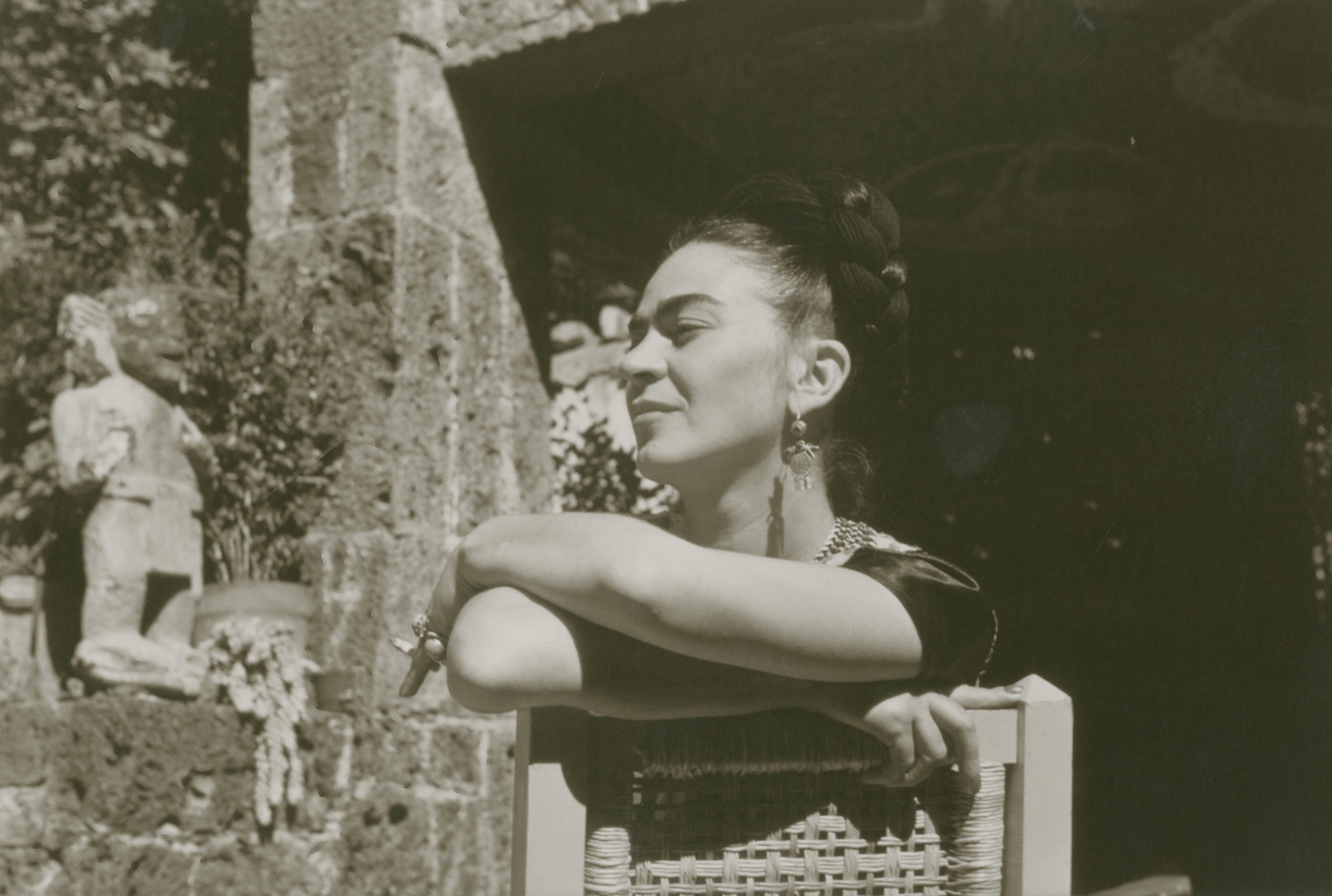 Frida Kahlo a Coyoacán. Foto di Gerardo Suter