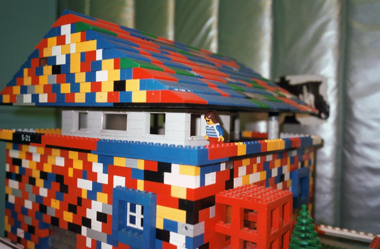 AVN_002304_2_B.jpg Ettore Sottsass, modello di casa in Lego nel suo studio, Milano, Italia, 1999